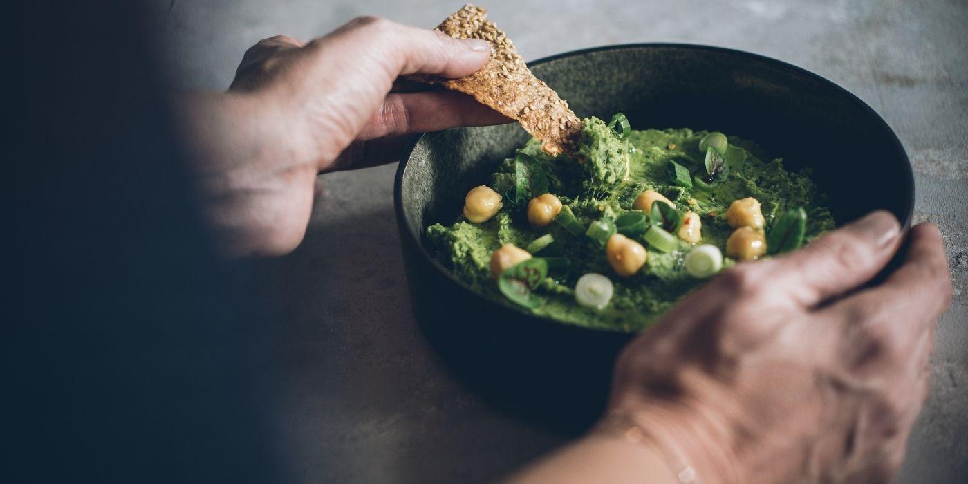 Grüner Hummus mit Sesam-Knusper
