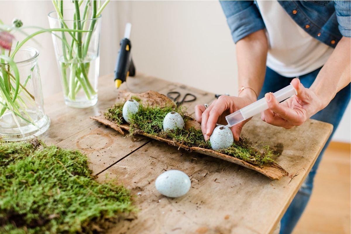 DIY Osterdeko Fruehling in der Baumrinde