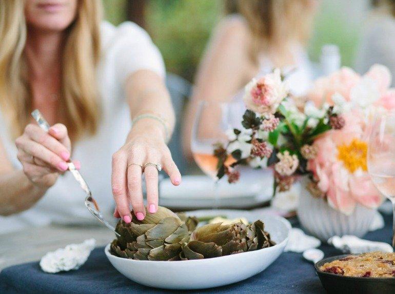 Austern und Artischocken Sommerparty im Garten mit schöner DIY-Deko