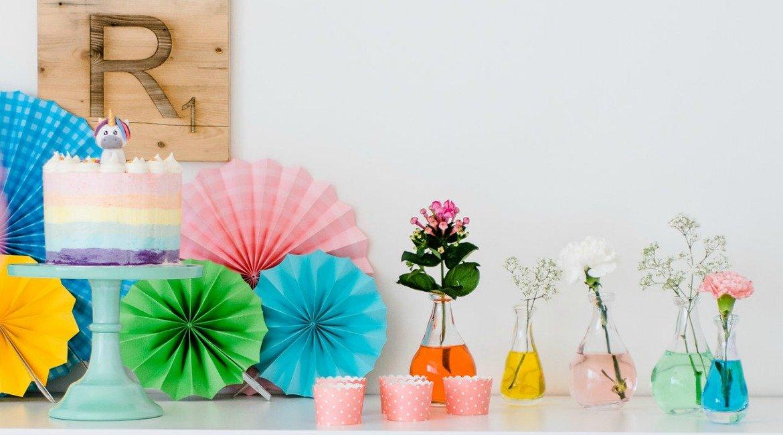 Deko tipp regenbogen blumenvasen mit lebensmittelfarbe for Regenbogen dekoration