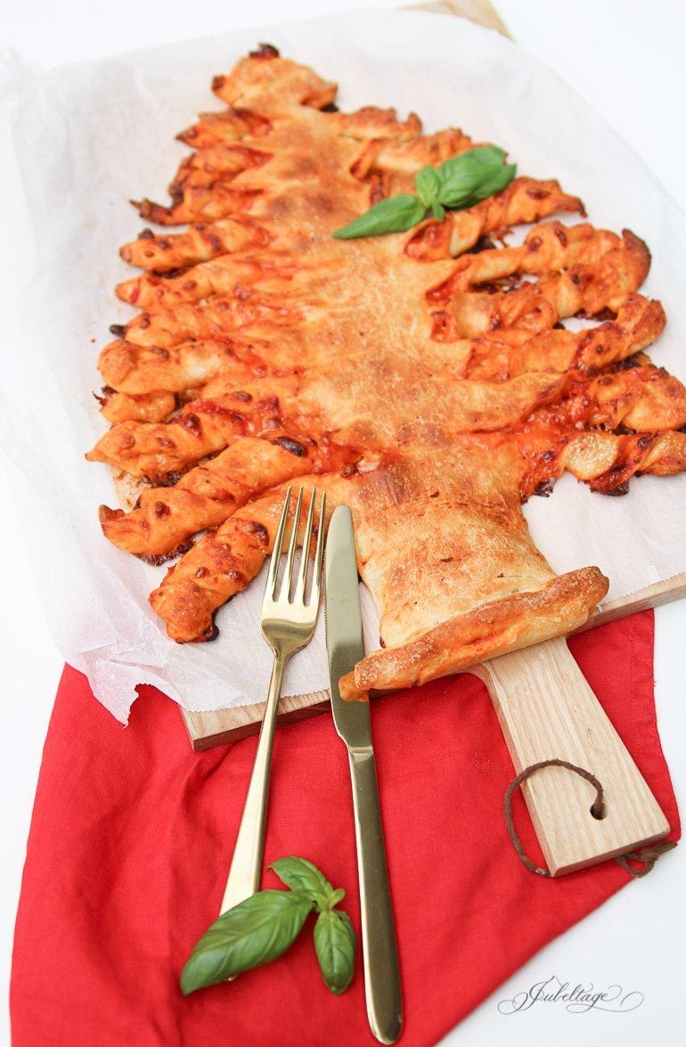 Pizza zu Weihnachten als Tannenbaum