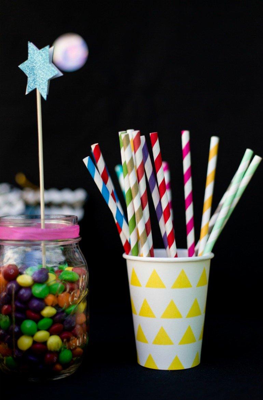 Ideen und Sweet Table für eine Disco Party Geburtstagsfeier mit Discokugltorte und den Farben Pink und Neon