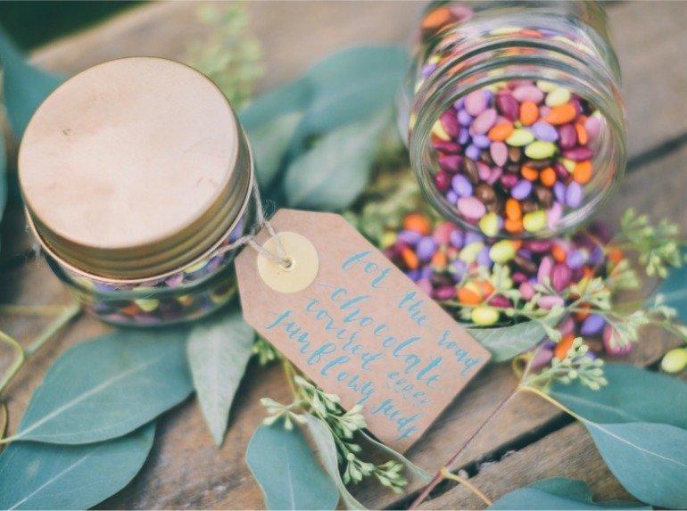 Sonnenblumen und Sukkulenten: Eine tolle Idee zur sommerlichen Dekoration für Feste im Freien
