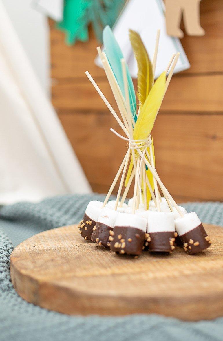 Super einfache Geburtstagstorte mit Baumrindenoptik und DIY für ein Marshmallow-Tipi perfekt für einen Abenteuer- oder Entdecker-Geburtstag