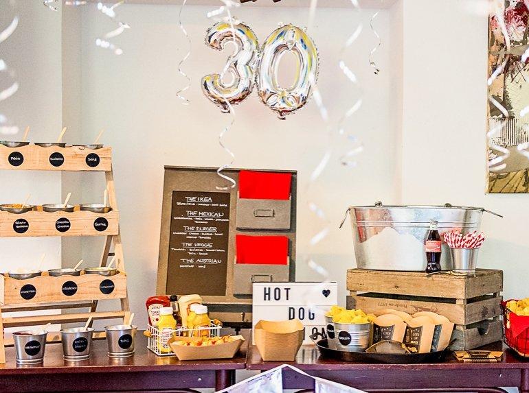 Eine großartige Idee zum 30. Geburtstag: Tennisparty mit vielen Dekoideen, Sweet Table und Hot Dog Bar